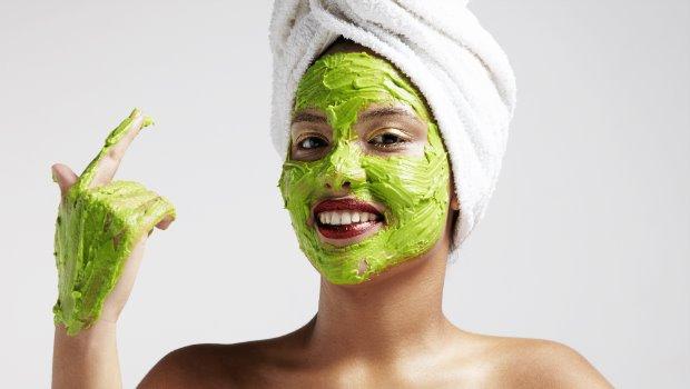 cara melembabkan kulit wajah yang kering
